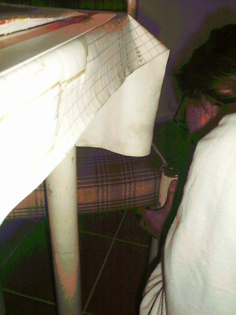 an_con 2004 - Gonzo naprawiajacy kanape, ktora przed chwila popsul