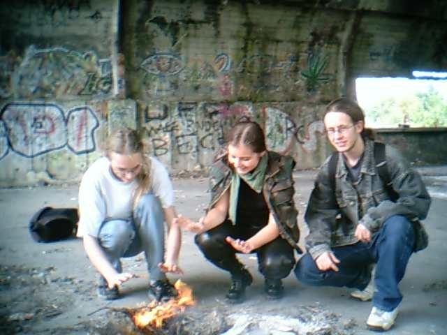 an_con 2004 - plonie ognisko w lesie...